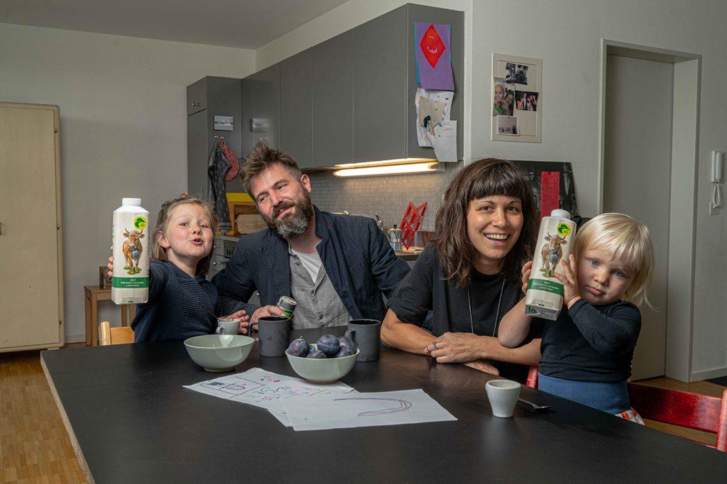 kitchen_familiy human kids parents